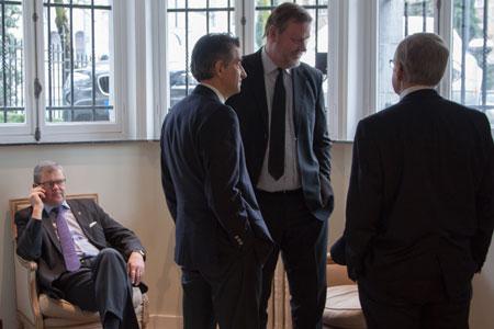 Harri Hiltunen, Françoise Isnard, Torben Christensen och John R. Frederiksen väntar på att mötets lunchgäst ska tala inför organisationen.