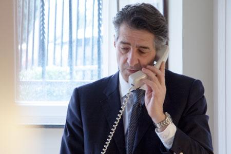 François Isnard tar ett samtal under styrelsemötets första paus.