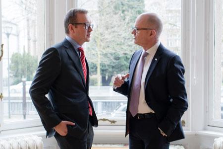 Reinhold Lennebo (t.h.) tackar av den inbjudne lunchgästen Juho Romakkaniemi (t.v.) efter att han talat inför styrelsen på EPF:s huvudkontor.
