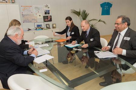 EU-kommissionären Miguel Arias Cañete träffar Michael MacBrien och Yogesh Kumar från EPF.