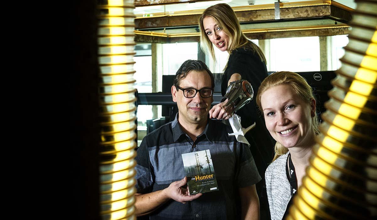 – Det har vuxit fram ett litet community av spelföretag här i området, berättar Gisela Malmsten, office manager, längst ner till höger.  Här med Jennie Wilund, studio manager, och Fredrik Sjöö, verksamhetschef. Foto: Petter Cohen.
