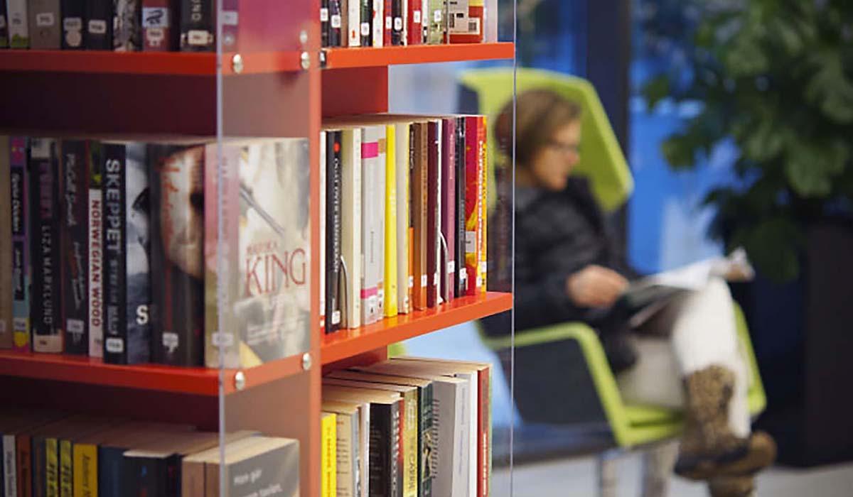 Mässsingen foajén. Biblioteket har en bokhörna med dagstidningar och böcker