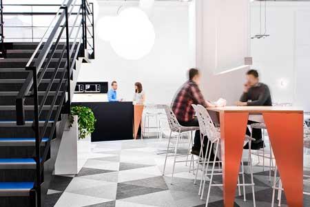 Tyginklädda absorbenter med utanpåliggande belysning och kabel i orange blir en effektfull dekoration.
