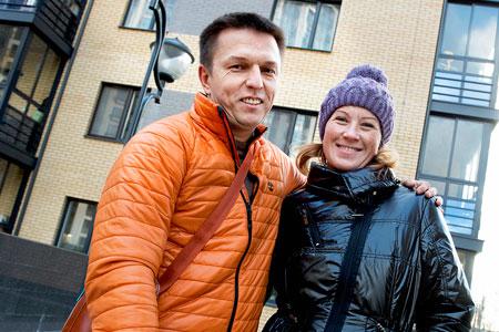 Roman Makogonov bor i en hyreslägenhet i det gula huset. I huset bredvid har han köpte en lägenhet av NCC som han hyr ut.