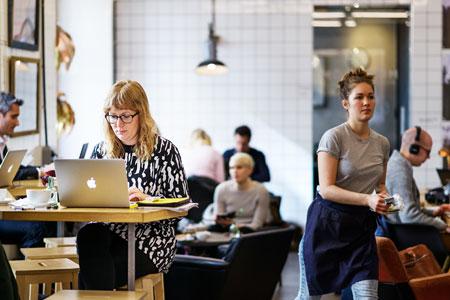 På Coffice på Södermalm i Stockholm kan medlemmar köpa kaffe, hyra konferensrum till rabatterade priser och värma lunchlådan. Kollegorna blir andra kafébesökare och cofficemedlemmar.