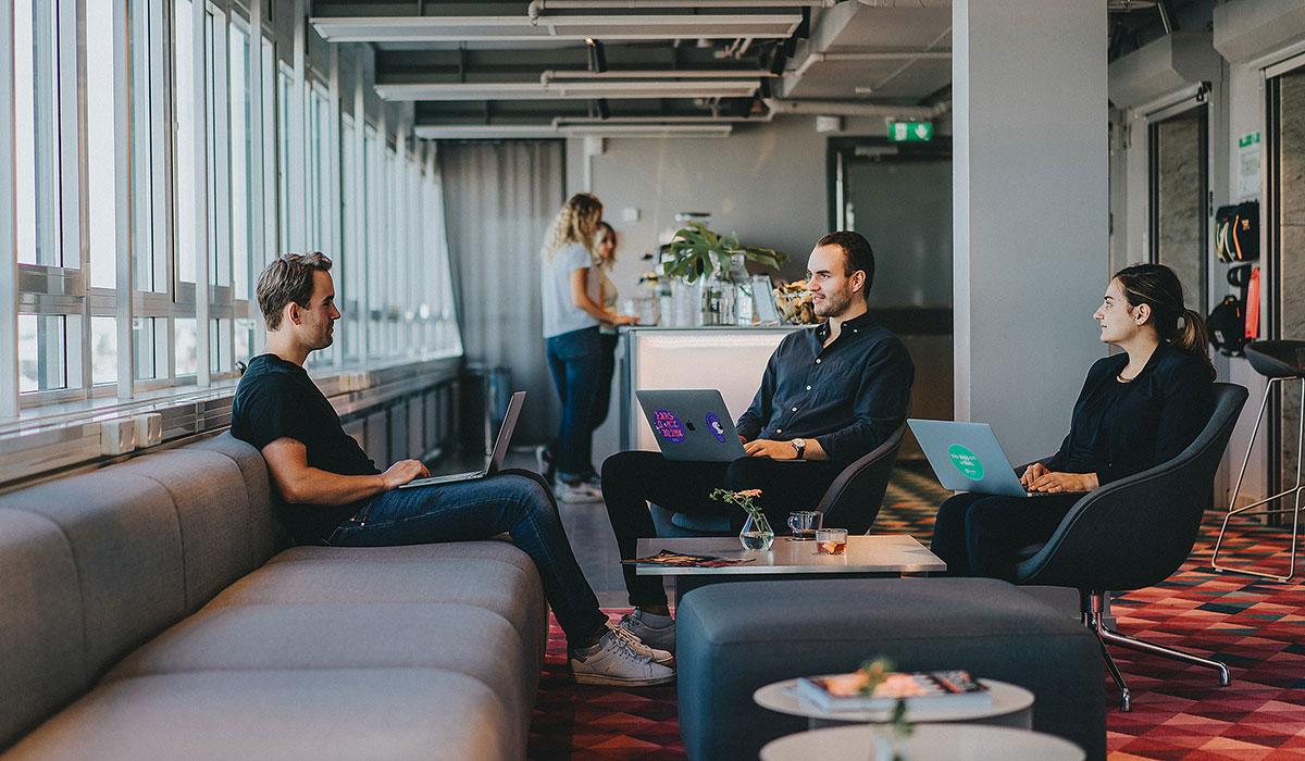 Bild på anställda som sitter och arbetar på ett kontor
