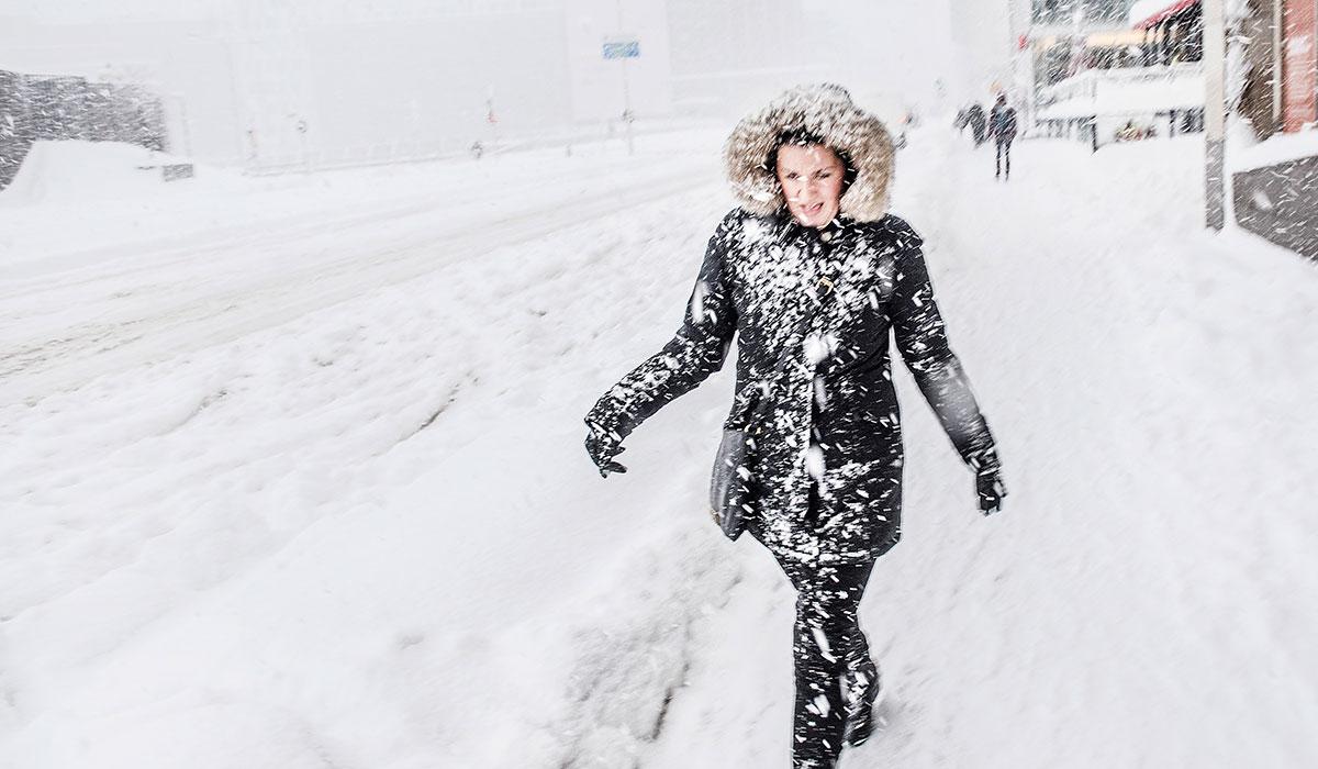 Bild på kvinna ute i snöstorm. foto André de Loisted/ Johan gunséus
